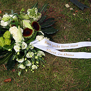 NLD/Amsterdam/20070823 - Begrafenis Jos Brink, bloemstuk van Onno Hoes en Albert verlinde bij het graf