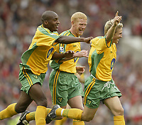 Fotball<br /> Foto: SBI/Digitalsport<br /> NORWAY ONLY<br /> <br /> Manchester United v Norwich<br /> 21.08.2004<br /> <br /> Norwich's Paul McVeigh celebrates his goal with team mates Damian Francis and Gary Holt
