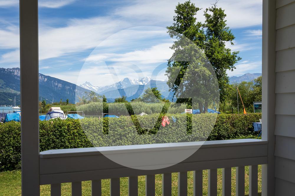 SCHWEIZ - GWATT - Eröffnung des umgebauten TCS Campingplatzes Gwatt-Thunersee, hier eines der neuen Chalets Deluxe mit Blick auf die Jungfrauregion - 09. Juli 2020 © Raphael Hünerfauth - http://huenerfauth.ch