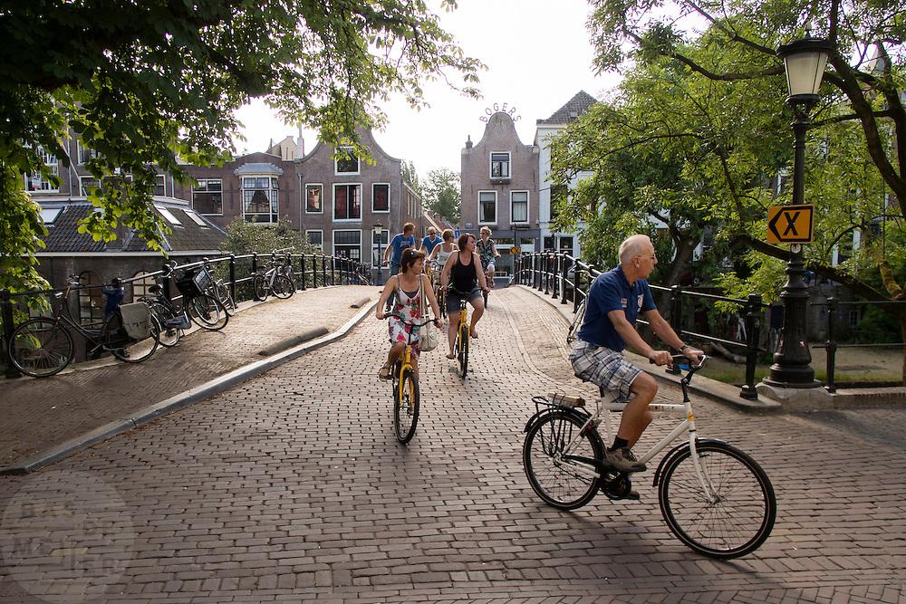 Deelnemers aan de Colorbike Tours fietsen door het centrum van Utrecht.<br /> <br /> Participants of the Colorbike Tours are cycling downtown Utrecht.