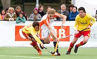 AERDENHOUT - 08-04-2012 -  Hajo Meijer in duel met Borja Llorens Purti (l) en Falero, zondag tijdens de wedstrijd tussen Nederland Jongens A en Spanje Jongens A (4-1) , tijdens het Volvo 4-Nations Tournament op de velden van Rood-Wit in Aerdenhout. FOTO KOEN SUYK