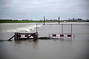Nederland, Nijmegen, 9-2-2020 Het waterpeil van de rivier de Waal. De Nevengeul bij Lent stroomt vol en ontlast de hoofdstroom van de rivier. Door een verhoogde waterstand stroomt het rivierwater over de drempel de Spiegelwaal in. Foto: Flip Franssen
