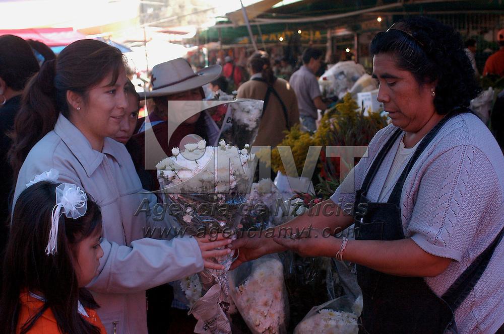 Toluca, Méx.- Venta de flores, fruta y pan de muerto en el mercado Juarez de la ciudad de Toluca con motivo del dia de muertos. Agencia MVT / Hernan Vazquez E. (DIGITAL)<br /> <br /> NO ARCHIVAR - NO ARCHIVE