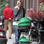 NLD/Amsterdam/20080919 - Tooske Ragas - Breugem aan de wandel met haar jongste kind Feline