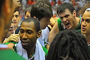 DESCRIZIONE : Milano Lega A 2011-12 EA7 Emporio Armani Milano Montepaschi Siena Finale scudetto gara 3<br /> GIOCATORE : Esultanza Team<br /> CATEGORIA : Esultanza <br /> SQUADRA : Montepaschi Siena<br /> EVENTO : Campionato Lega A 2011-2012 Finale scudetto gara 4<br /> GARA : EA7 Emporio Armani Milano Montepaschi Siena<br /> DATA : 13/06/2012<br /> SPORT : Pallacanestro <br /> AUTORE : Agenzia Ciamillo-Castoria/V.Tasco<br /> Galleria : Lega Basket A 2011-2012  <br /> Fotonotizia : Milano Lega A 2011-12 EA7 Emporio Armani Milano Montepaschi Siena Finale scudetto gara 3<br /> Predefinita :