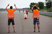 Het team oefent met Christien Veelenturf het starten en stoppen. Het Human Power Team Delft en Amsterdam (HPT), dat bestaat uit studenten van de TU Delft en de VU Amsterdam, is in Duitsland voor een poging het uurrecord te verbreken op de Dekrabaan. In september wil het HPT daarna een poging doen het wereldrecord snelfietsen te verbreken, dat nu op 133 km/h staat tijdens de World Human Powered Speed Challenge.<br /> <br /> With the special recumbent bike the Human Power Team Delft and Amsterdam, consisting of students of the TU Delft and the VU Amsterdam, is in Germany for the attempt to set a new hour record on a bicycle. They also wants to set a new world record cycling in September at the World Human Powered Speed Challenge. The current speed record is 133 km/h.