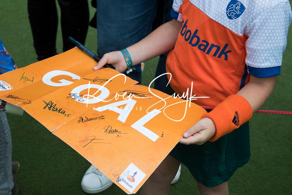 SCHIEDAM -  handtekeningen   na de oefenwedstrijd tussen  de dames van Nederland en Belgie  (0-1), in aanloop naar het  EK Hockey, eind augustus in Amstelveen. COPYRIGHT  KOEN SUYK