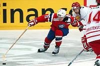 Ishockey, 10. februar 2005, Norge - Danmark, Patrick Thoresen mot Danmarks Morten Dahlmann . Foto Andy Mueller/Digitalsport