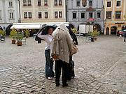 Cesky Krumlov, Krumau/Tschechische Republik, Tschechien, CZE, 25.07.2008: Straßenszene in  Cesky Krumlov (Böhmisch Krumau/ Krumau) . Die Hochschätzung dieses Ortes durch inländische und ausländische Experten führte allmählich zur Aufnahme in die höchste Stufe des Denkmalschutzes. Im Jahre 1963 wurde die Stadt zum Stadtdenkmalschutzgebiet erklärt, im Jahre 1989 wurde das Schloßareal zum nationalen Kulturdenkmal erklärt und im Jahre 1992 wurde der ganze historische Komplex ins Verzeichnis der Denkmäler des Kultur- und Naturwelterbes der UNESCO aufgenommen.<br /> <br /> Cesky Krumlov/Czech Republic, CZE, 25.07.2008: Streetscene in Cesky Krumlov, with its architectural standard, cultural tradition, and expanse, ranks among the most important historic sights in the central European region. Building development from the 14th to 19th centuries is well-preserved in the original groundplan layout, material structure, interior installation and architectural detail. Situated on the banks of the Vltava river, the town was built around a 13th-century castle with Gothic, Renaissance and Baroque elements. It is an outstanding example of a small central European medieval town whose architectural heritage has remained intact thanks to its peaceful evolution over more than five centuries.