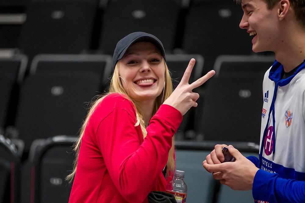 ÖSTERSUND, SVERIGE - 11 OKTOBER 2019 :<br /> Elsa Paulsson Glantz är glad över segern tillsammans med Jämtlands Olle Stumer under matchen i Basketligan mellan Jämtland Basket och Norrköping Dolphins på Östersunds Sporthall den 11 oktober i Östersund <br /> <br /> (Foto: Per Danielsson/Projekt.P)