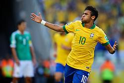 Neymar, do Brasil, comemora após marcar gol diante do México, em partida válida pela segunda rodada da Copa das Confederações, realizada Arena Castelão, em Fortaleza. FOTO: Jefferson Bernardes/Preview.com