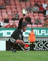 Keeper Emille Baron, Lillestrøm, signaliserer skade. Lillestrøm - Odd 2-0, Tippeligaen 2000. 2. august 2000. (Foto: Peter Tubaas/Fortuna Media)