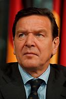 11.01.1999, Deutschland/Bonn:<br /> Gerhard Schröder, SPD, Bundeskanzler, während der Pressekonferenz zur gemeinsamen Sitzung von Bundeskabinett und Europäischer Kommission, Informationssaal, Bundeskanzleramt, Bonn<br /> IMAGE: 19990111-04/02-05<br /> KEYWORDS: Gerhard Schroeder