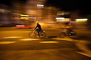 In de Amerikaanse plaats  San Francisco, California rijden fietsers 's avonds over straat.<br /> <br /> In the American town San Francisco, California cyclists ride in the evening.