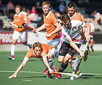 AMSTELVEEN  - Hockey -  1e wedstrijd halve finale Play Offs dames.  Amsterdam-Bloemendaal (5-5), Bl'daal wint na shoot outs.  Nicki Leijs (A'dam) met Tim Jenniskens (Bldaal), rechts  Jamie Dwyer (Bldaal).   COPYRIGHT KOEN SUYK