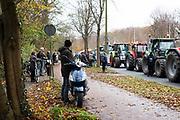 Omstanders kijken toe op de tractor colonne in Den Haag tijdens het boerenprotest, 2020