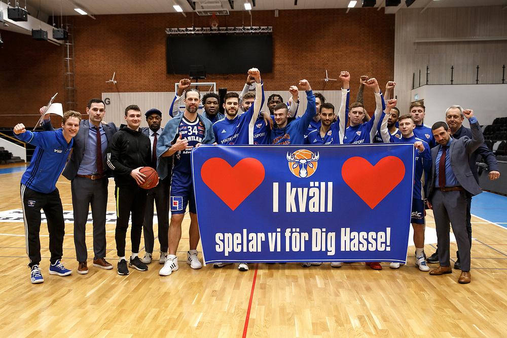 ÖSTERSUND 20191031<br /> Jämtland skickar en hälsning till Hasse efter segern i torsdagens kvartsfinal i basketligan mellan Jämtland Basket och BC Luleå i Östersunds Sporthall.<br /> <br /> Foto: Per Danielsson/Projekt.P