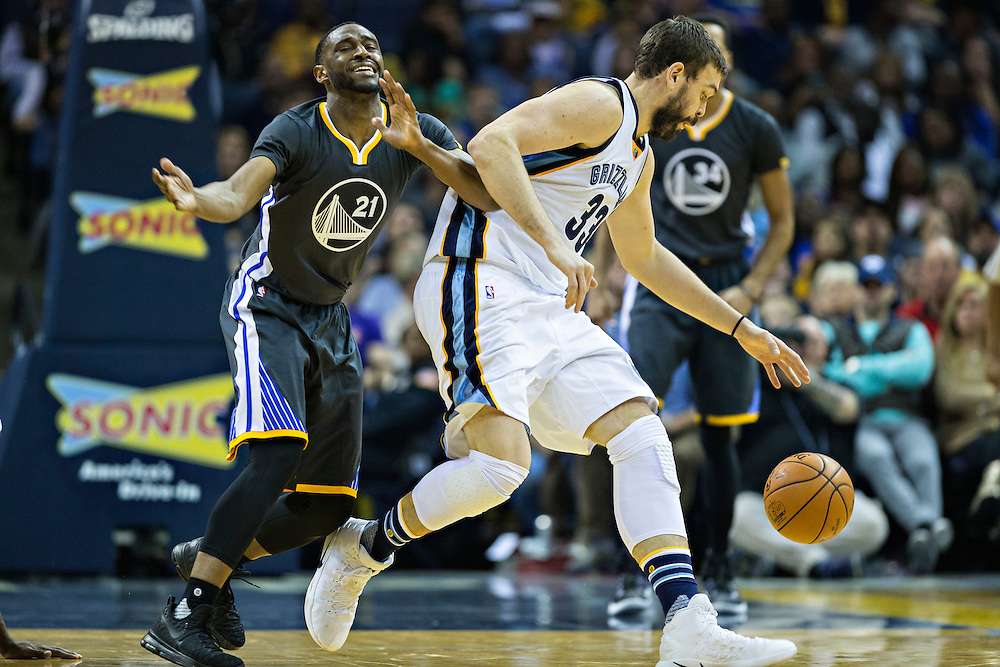 MEMPHIS, TN - DECEMBER 10:  Ian Clark #21 of the Golden State Warriors reacts to being bumped by Marc Gasol #33 of the Memphis Grizzlies at the FedExForum on December 10, 2016 in Memphis, Tennessee.  The Grizzlies defeated the Warriors 110-89.  NOTE TO USER: User expressly acknowledges and agrees that, by downloading and or using this photograph, User is consenting to the terms and conditions of the Getty Images License Agreement.  (Photo by Wesley Hitt/Getty Images) *** Local Caption *** Ian Clark; Marc Gasol