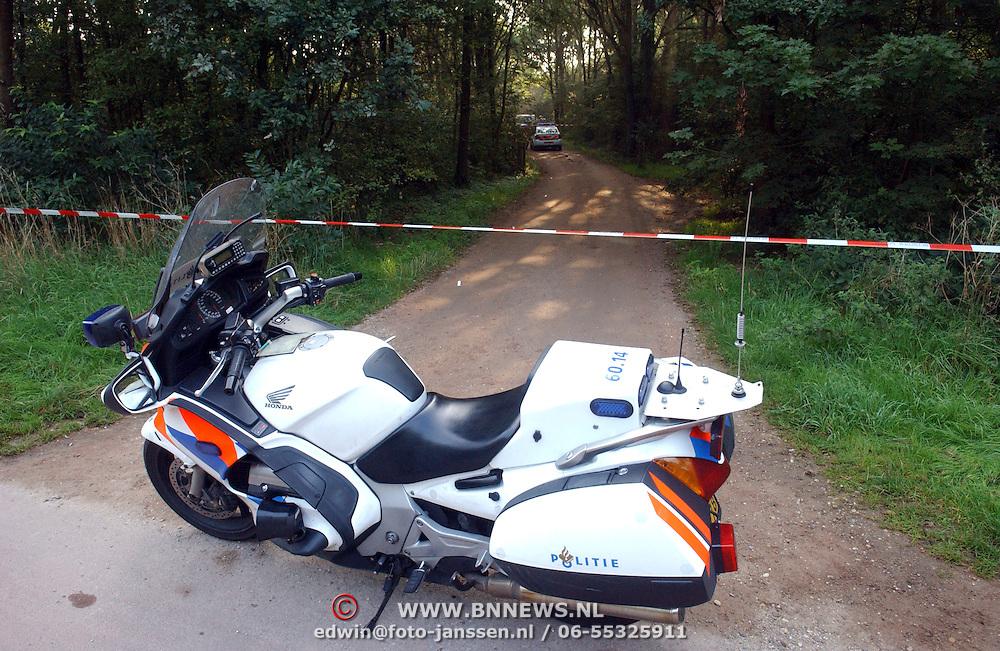 NLD/Huizen/20050906 - Verbrand lijk gevonden langs bospad Bussummerweg Huizen, motor, afzetting, lint