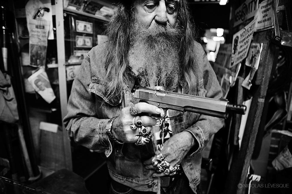 Dent Myers, mieux connu sous le nom The Wildman, est propriétaire d'un surplus d'armée de la guerre de sécession. Kennesaw, USA.