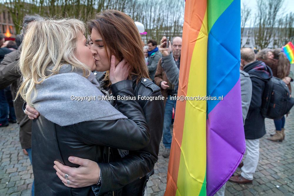 Nederland,  Den Bosch, de oproep van LHBTI  gemeenschap om te gaan zoenen voor tolerantie naar aanleiding van het vernielen van posters van SuitSupply die zoenende mannen in beeld brengt. foto links Rianne Cranshof en rechts Mandy Sieben