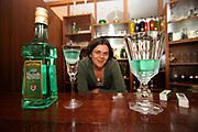 Jindrichuv Hradec/Tschechische Republik, Tschechien, CZE, 31.08.2007: Das Unternehmen Hill¥s Liquere S.R.O. wurde 1920 von Albin Hill  gegr¸ndet. Die Tradition wurde 1947 von Radomil Hill weitergef¸hrt - heute wird das Unternehmen von seiner Tochter Ilona Musialova geleitet. Junge Dame im Verkaufsraums der Hill's Brennerei. <br /> <br /> Jindrichuv Hradec/Czech Republic, CZE, 31.08.2007: Albin Hill established Hill's Liguere in 1920. He started out as a wine wholesaler and soon after he began producing his own liquor and liqueurs. In 1947 his son Radomil Hill continues this tradition and today his daughter Ilona Musialova is leading the company. Young woman visiting the shop of the Hill's liquere distillery.