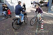 Fietsers rijden elkaar bijna omver bij de Oudegracht in Utrecht.<br /> <br /> Cyclists are almost having an accident in the center of Utrecht