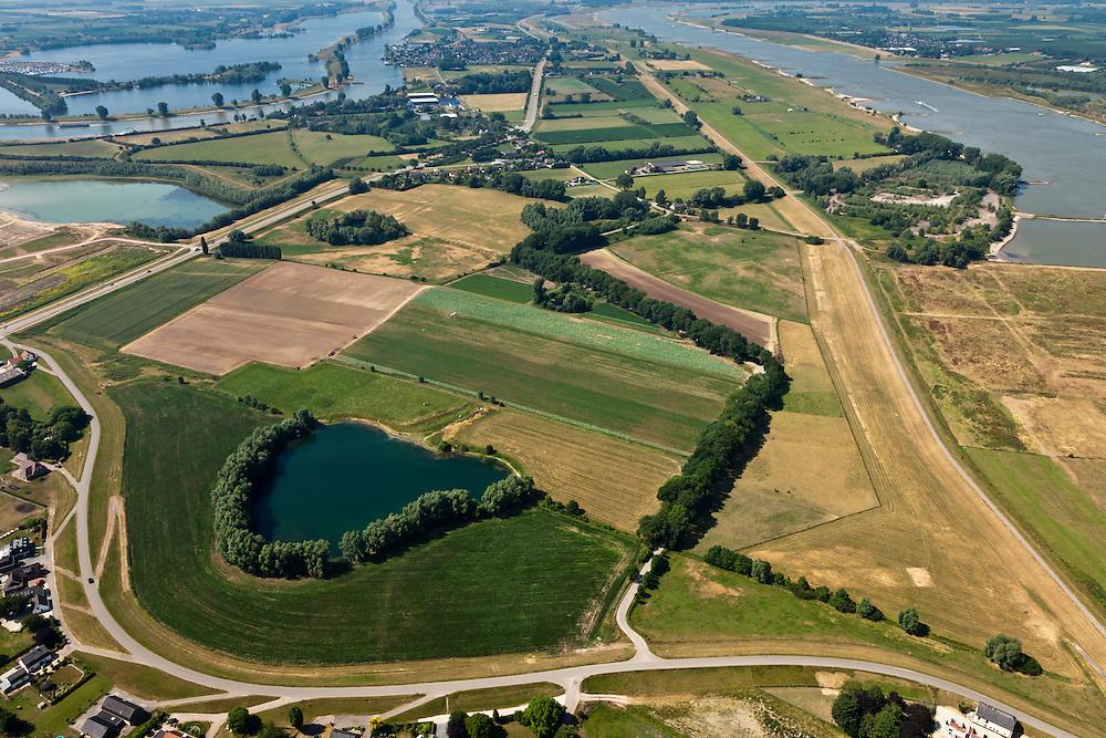 Nederland, Gelderland, Heerewaarden 08-07-2010; Heerewaardense afsluitdijk (rechts) en Maasdijk (onder, met wiel restant van een vroeger dijkdoorbraak). Op deze plek, in de Gemeente Heerwaarden, naderen de twee rivieren Waal en Maas elkaar het meest. In het verleden liepen de twee rivieren bij hoog water in elkaar over (met alle problemen van dien)..Heerewaardense dam (right) and Maasdijk (foreground). On this spot the two rivers Waal and Maas approach each other the most. In the past the rivers would 'connect' with high water, causing serious water management problems..luchtfoto (toeslag), aerial photo (additional fee required).foto/photo Siebe Swart