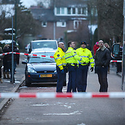 NLD/11-02-2013/BAARN/De politie heeft maandagmiddag een overleden kind en een gewonde vader gevonden in een flatwoning aan de Anthony van Dijcklaan in Baarn.. .De politie wil of kan op dit moment nog niet meer informatie naar buiten brengen. De gewonde vader is per ambulance afgevoerd.