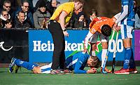 BLOEMENDAAL  - Bjorn Kellerman (Kampong)  met scheidsrechter Steven Bakker en Arthur van Doren (Bldaal) ) . Bloemendaal-Kampong (2-1).  hoofdklasse hockey mannen.   COPYRIGHT KOEN SUYK