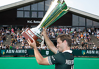 ROTTERDAM - Jeroen Hertzberger (R'dam) met beker na  de finale Rotterdam-Amsterdam  (3-2) van de ABN AMRO cup 2017 . COPYRIGHT KOEN SUYK