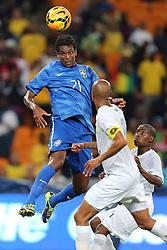 Paulinho disputa lance da partida entre Brasil x África do Sul, no Estádio Soccer City, em Joanesburgo. FOTO: Jefferson Bernardes/ Agência Preview