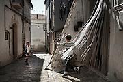 Bambini giocano per i vicoli del centro storico, Orsara di Puglia 3 Maggio 2014.  Christian Mantuano / OneShot