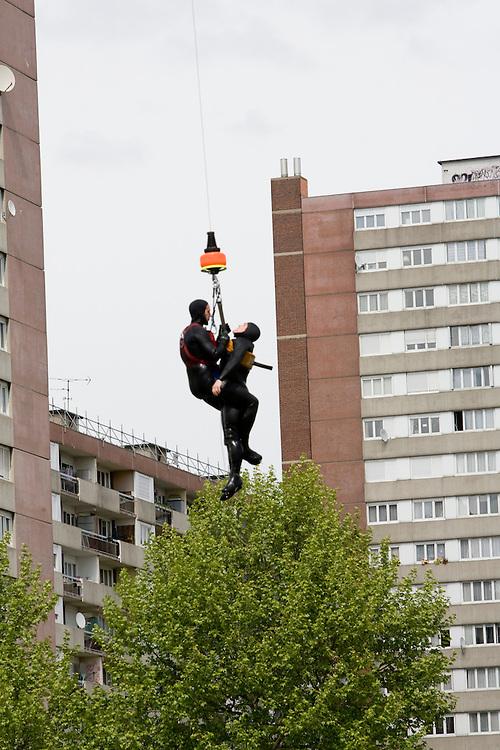Paris, France. 4 Mai 2009..Brigade Fluviale de Paris..15h43 Entrainement d'helitreuillage..Paris, France. May 4th 2009..Paris fluvial squad..3:43 pm Winching up into a helicopter training..