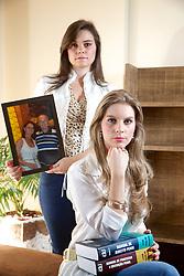 A advogada Raquel (morena) e a médica Bárbara Flor, perderam os pais Milton e Normélia (foto) em acidente de carro. FOTO: Jefferson Bernardes/Preview.com