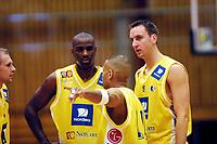 Basketball, 6. januar 2002. BLNO, Asker Aliens - Kristiansand Pirates 108-98. Fra venstre: Patrik Sandstöm, Cory Jenkins, Marcus Löfstedt (9), og med ryggen til: Lasalla Thompson, Alle Asker Aliens.