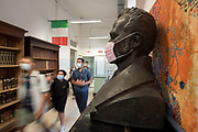 Roma, 14.09.20. Gli alunni della scuola media Daniele Manin passano davanti a un busto mascherato nel giorno di riapertura delle scuole chiuse per l'emergenza coronavirus.<br /> Foto: Victor Sokolowicz
