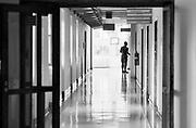 Duitsland, Germany, 30-9-1987Reportage over het Amerikaans leger, us army, in Duitsland. Bezoek aan drie legerbases. Zweibrucken vliegveld, luchtmachtbasis waar met Phantom vliegtuigen verkenningsvluchten gemaakt worden. Ook hiervan dagelijks leven op basis. Gezin,winkels,video . Wildflecken legerpost tegen de grens met de DDR, Oost duitsland. Observatiepost met verrekijker en zicht op wachttoren van het ijzeren gordijn . Frankfurt militair hospitaal .Foto: Flip Franssen
