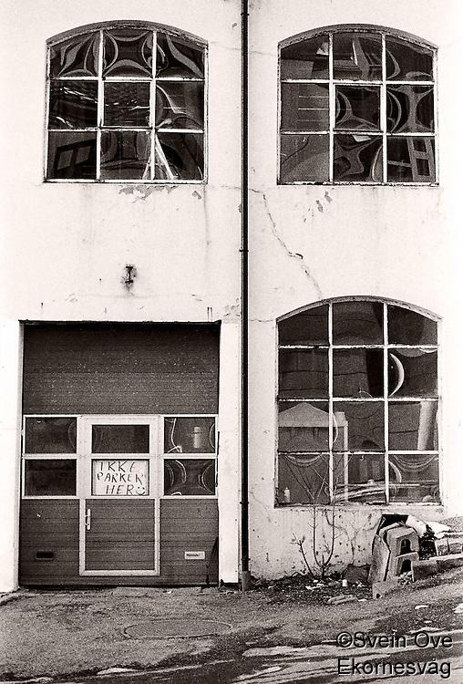 Ikke parker her, et nedslitt industribygg i Ålesund.<br /> Foto: Svein Ove Ekornesvåg