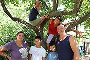 Ioana avec ses quatre enfants et son mari dans son jardin en 2011 à Popricani. Aujourd'hui, elle vit toujours au même endroit et élève ses enfants. Son mari travaille toujours en France et revient pour les vacances au village. <br /> <br /> Ioana in 2011 in her garden at home in Popricani with three of her husband and her four children. Her husband still works as a builder in Germany. .