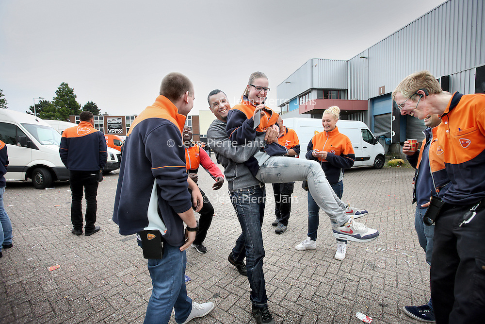 Nederland, Amsterdam , 28 juni 2013.<br /> Akkoord tussen bezorgers PostNL en de leidinggevenden van PostNL.<br /> ostNL heeft een onderhandelingsakkoord bereikt met FNV Bondgenoten en vertegenwoordigers van de actievoerende chauffeurs. Dat heeft een woordvoerder vrijdag laten weten.<br /> PostNL had een conflict met de chauffeurs, die als zelfstandige voor het postbedrijf werken, over onder meer de nieuwe, lagere tarieven voor de bezorging van pakketten. Maar nu is afgesproken dat de chauffeurs 1000 euro per week ontvangen, bij gemiddeld 145 tot 155 geplande stops per dag. Op routes met minder dan 145 adressen zal er 'maatwerk' plaatsvinden, aldus PostNL.<br /> Op de foto: Blijde pakketbezorgers van PostNL na bekendmaking van het akkoord.<br /> Foto:Jean-Pierre Jans