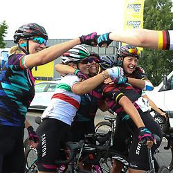 03-09-2016: Wielrennen: Ladies Tour: Tiel      <br />TIEL (NED) wielrennen  <br />Groepsknuffel Canyon-Sram na de overwinning van Lisa Brennauer