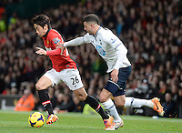 Tottenham Hotspur's Kyle Walker (left) and Manchester United's Shinji Kagawa (right) battle for the ball