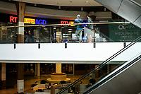 Bialystok, 04.05.2020. Po prawie 2 miesiacach przerwy zostaly otwarte ponownie galerie handlowe, w tym najwieksza i najbradziej prestizowa w Bialymstoku, Centrum Handlowe Alfa. Nie moga w nich funkcjonowac jednak lokale i strefy gastronomiczne oraz kluby fitness i miejsca rekreacyjne. Klienci powinni miec mozliwosc kupna maseczek ochronnych oraz dezynfekcji rak fot Michal Kosc / AGENCJA WSCHOD