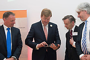 Koning Willem Alexander is bij de lancering van de website  in het Mauritshuis over de restauratie en kunsthistorisch onderzoek Oranjezaal.<br /> <br /> King William Alexander was at the launch of the website in the Mauritshuis on the restoration and art historical research Oranjezaal.<br /> <br /> Op de foto / On the photo:  Koning Willem Alexander verricht de openingshandeling door middel van een swipe over de ipad. Op de foto ook  Dr. L. Vertegaal directeur NWO Chemische en Exacte wetenschappen, Prof. dr. R.E.O. Ekkart  oud-directeur van het RKD en Dr. Ch. Stolwijk  directeur RKD / King Willem Alexander will host the opening through a swipe across the ipad