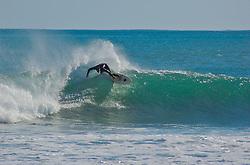 A praia de Raglan e mundialmente famosa por suas ondas de esquerda, consideradas a maior do mundo. Diariamente diversos surfistas de todas as partes do país chegam a Raglan em busca da onda perfeita. FOTO: Lucas Uebel/Preview.com