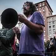 Vecinos del barrio de Sants protestan con una cacerolada por el desalojo y derribo Can Vies. Barcelona.