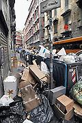 Italie, Napels, 6-3-2008..Afvalbergen in de straten van Napels en omgeving. De stad weet met zijn afval geen raad meer en in het hele gebied liggen illegale hopen afval. Een nieuwe vuilverbrandingsoven is pas in 2009 bedrijfsklaar. Tot die tijd heeft de maffia, camorra grote invloed op de afvalverwerking van deze stad...Industrieel afval en huishoudelijk afval veroorzaken grote water en bodemvervuiling, terwijl de streek een belangrijk tuinbouwgebied is...Foto: Flip Franssen