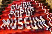 Opening van het DWDD Popup Museum in het Allard Pierson Museum. Tien tafelheren en -dames van het tv-programma De Wereld Draait Door mochten een museumdepot induiken om hun eigen minitentoonstelling te maken.<br /> <br /> Op de foto:  Pop up museum DWDD