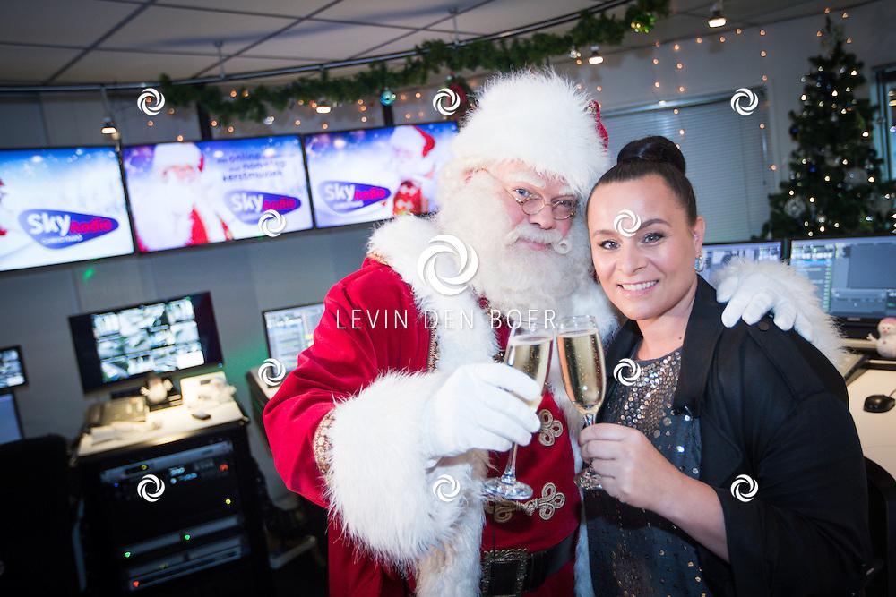 NAARDEN - Trijntje Oosterhuis opent samen met de kerstman het kerstseizoen bij radiozender Sky Radio. Ze doen dit met de start van het online radiostation Sky Radio Christmas, een playlist met non-stop kersthits. FOTO LEVIN EN PAULA PHOTOGRAPHY VOF